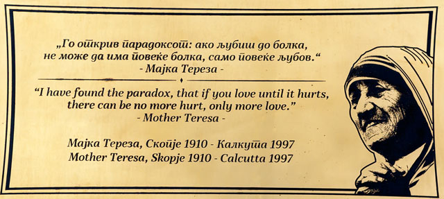 Bronzetavle med citat af Mother Teresa, som nu om dage pryder betydningsfulde bygninger i Skopje, Shkupi eller Üsküb
