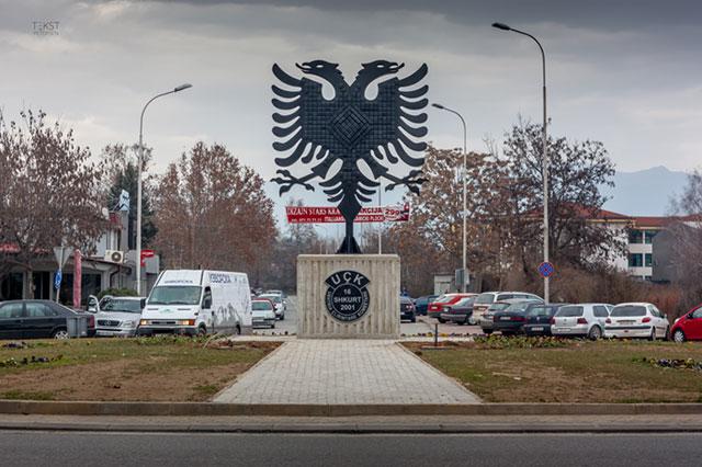 Rundkørslen på Lazar Trpovski med det nye UÇK-monument, Skopje-Cair.